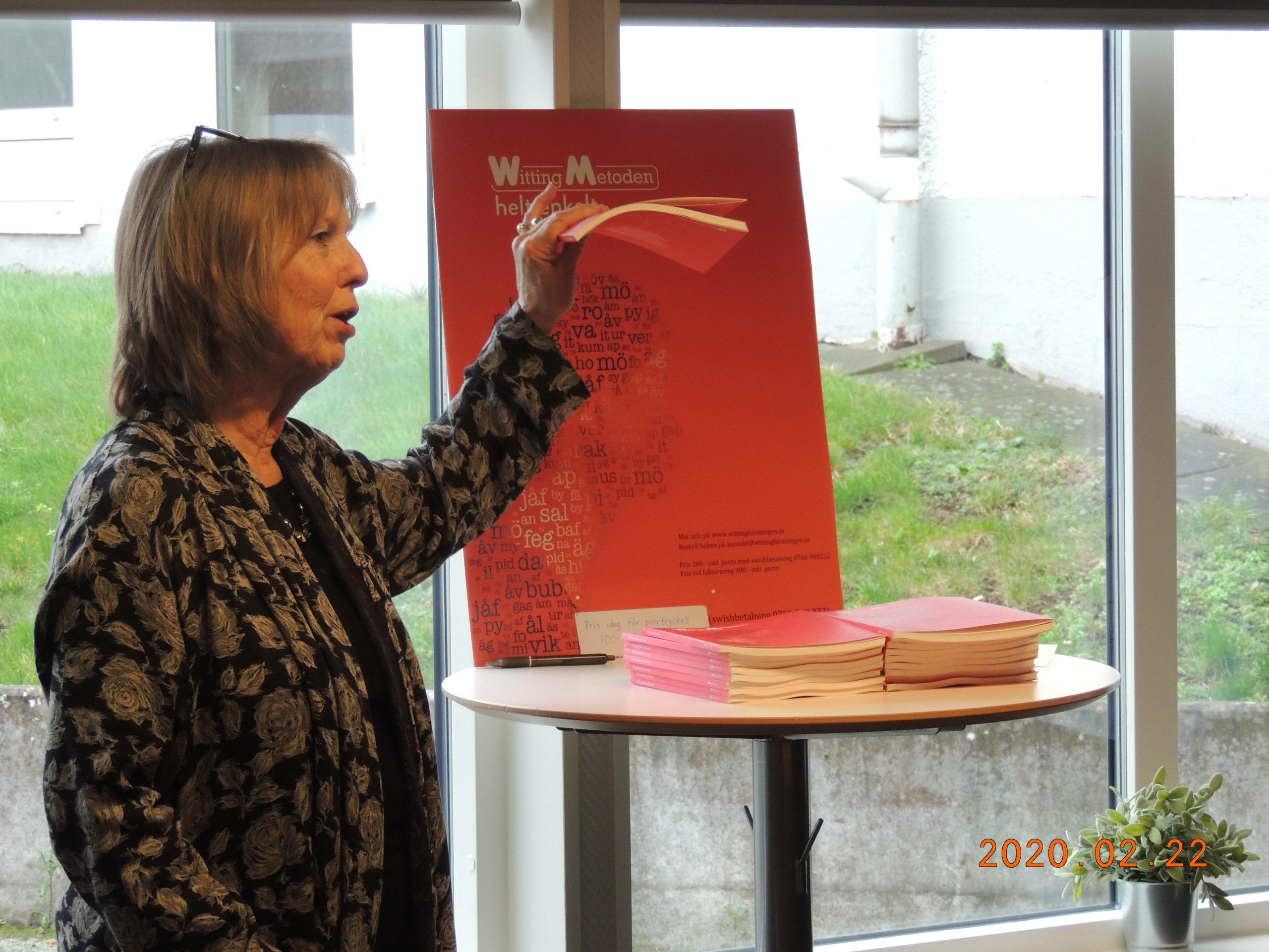 6 Ann-Katrin visar upp nya boken